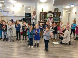 Auch die Kinder fanden es spannend, die Senioren-WG zu besuchen. Foto: SMMP/Bettina Czischke