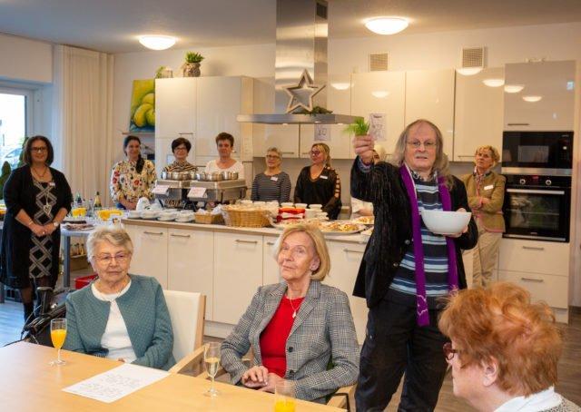 Pfarrer Willi Stroband hat heute unsere Wohngemeinschaft eingesegnet. (Foto: SMMP/Beer)