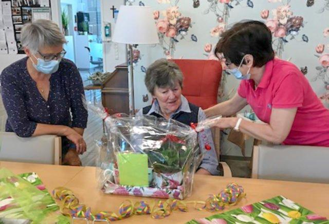 Brigitte Börger hat an diesem Freitag ihren 90. Geburtstag. Auch wenn keine Gäste kommen dürfen, wird in der senioren-WG gefeiert. Foto: Czischke/SMMP